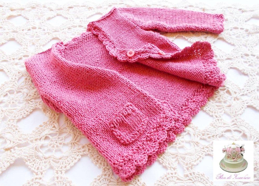 Cardigan neonata in puro cotone rosa fucsia lavorato ai ferri con rifiniture ad uncinetto