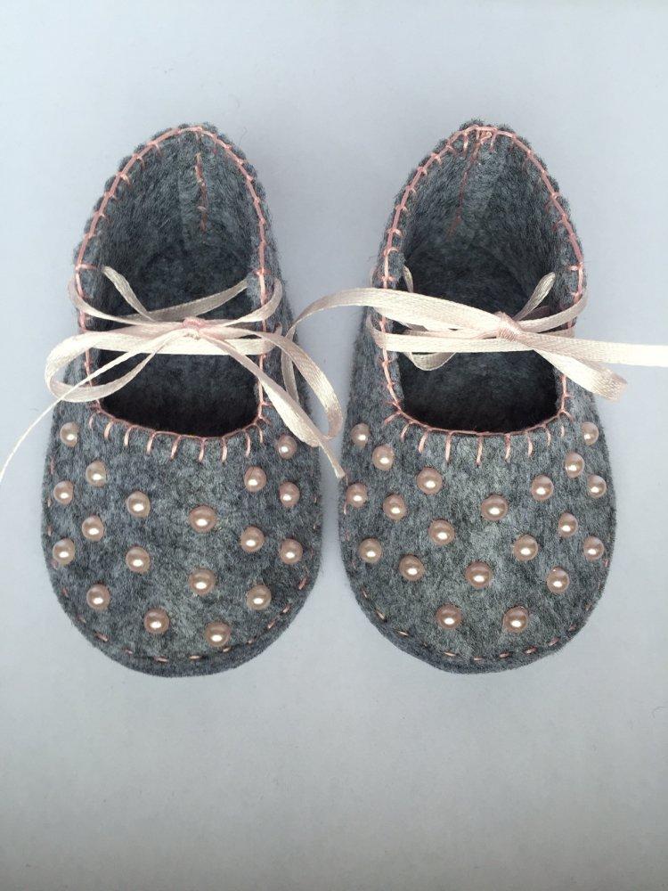 Scarpine per neonata realizzate in panno grigio con perle rosa