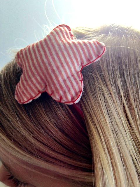 Cerchietto per bambine con una morbida stellina a righine bianche e rosse cucita a mano