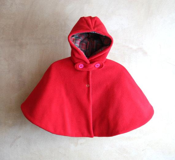 Mantella in pile rosso con cappuccio, imbottita e  foderata in cotone