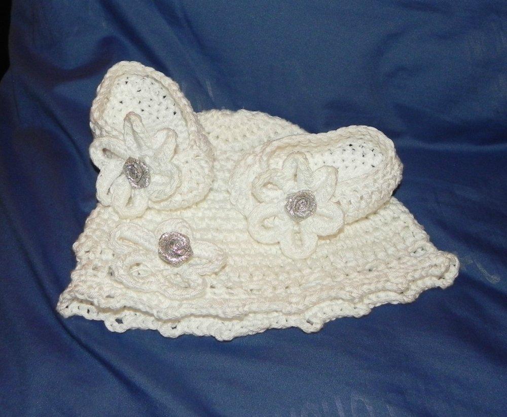 Scarpette e cappellino in cotone 100% BIANCO  da 2 a 6 mesi circa