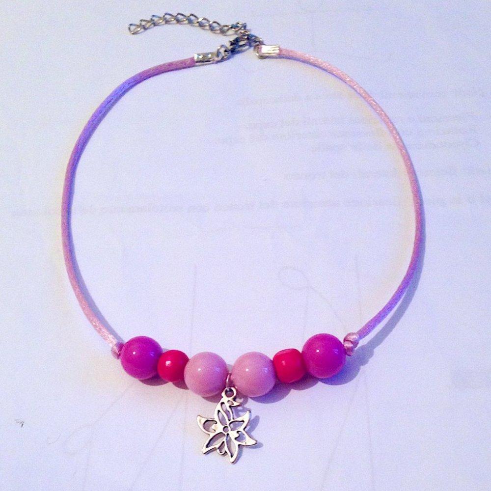 Collana girocollo regolabile con perle, coda di topo e ciondolo floreale nelle tonalità del rosa fatta a mano