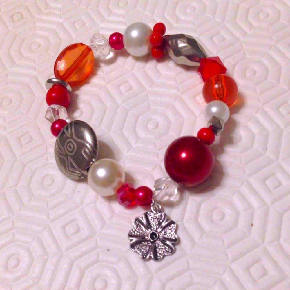 Braccialetto con perle e perline elastico nelle tonalità del rosso con ciondolo a fiore, fatto a mano