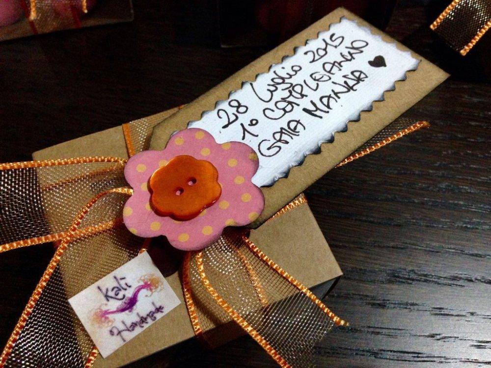 Scatolina bomboniera con fiore e  tag personalizzato