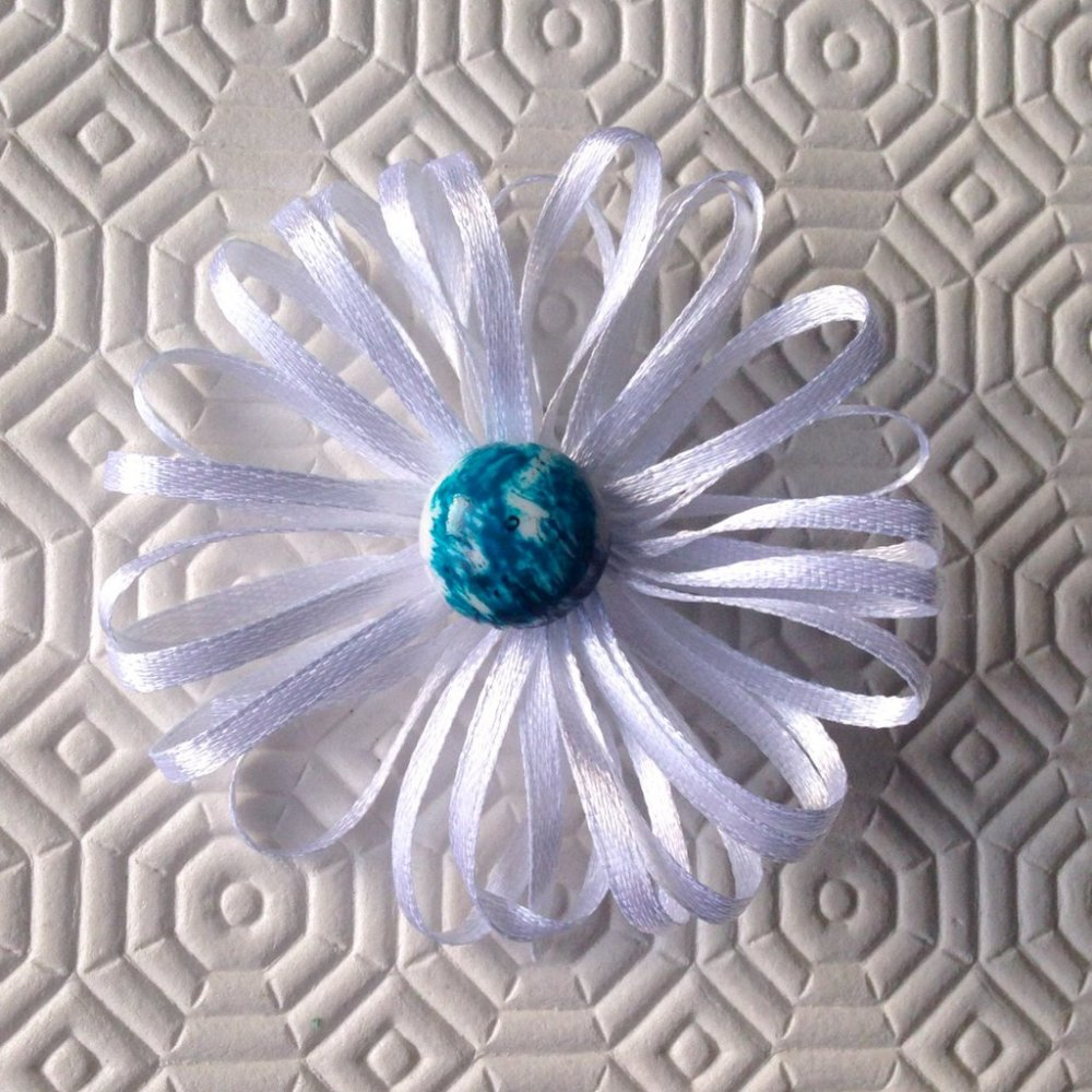 Spilla con fiore bianco in nastrino di raso e perla sfumata d'azzurro centrale, fatta a mano