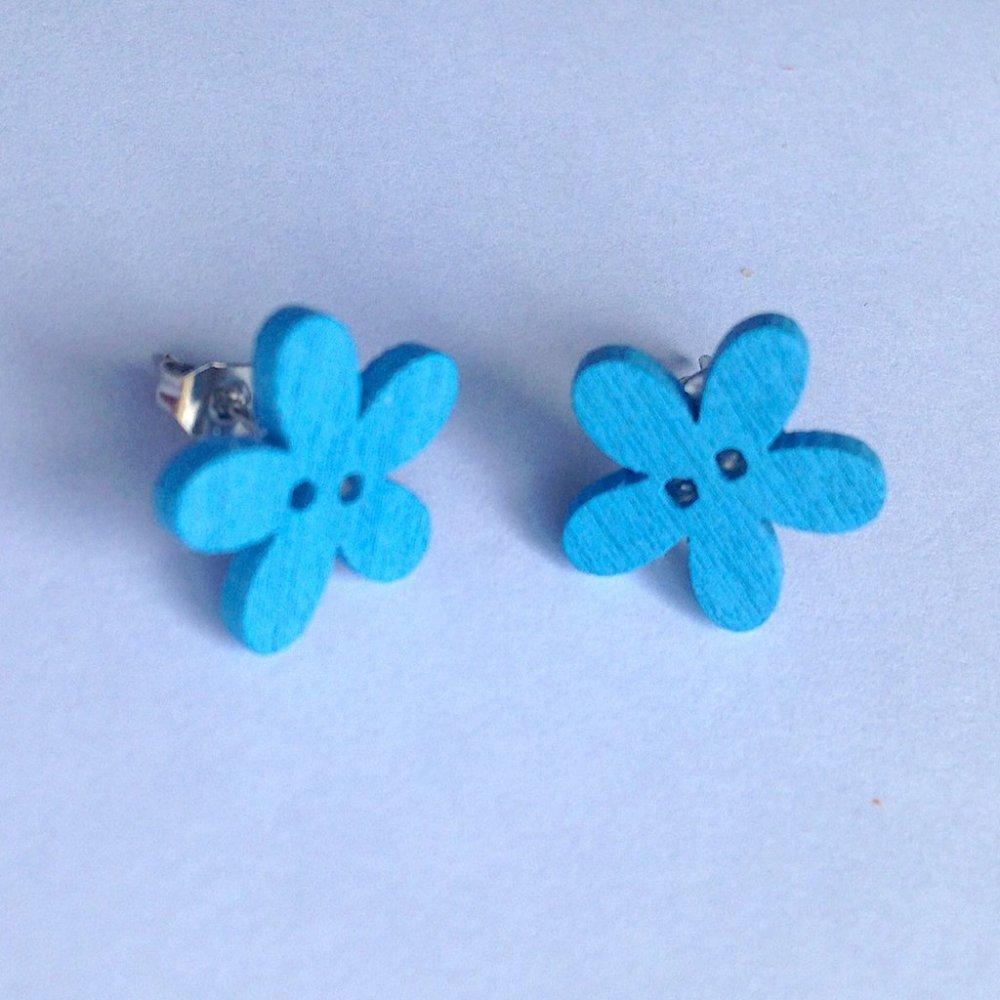 Orecchini a lobo con fiori azzurri in legno