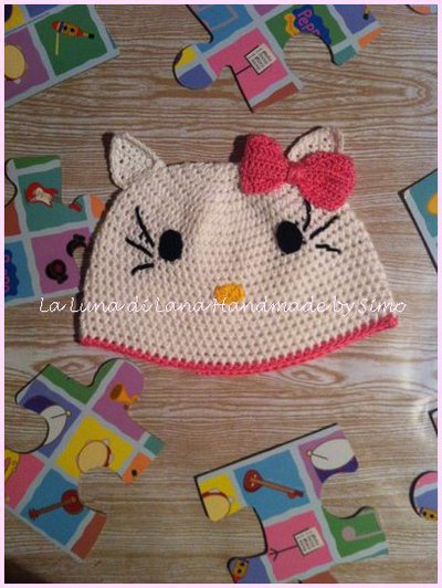 Cappellino all'uncinetto per bambina ispirato a Hello Kitty in cotone