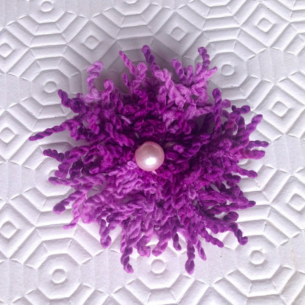 Spilla con fiore petaloso nelle tonalità del viola con perla rosa centrale, fatto a mano con flower loom