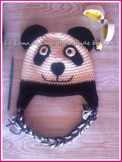 Cappellino uncinetto per bambino o bambina a forma di panda.