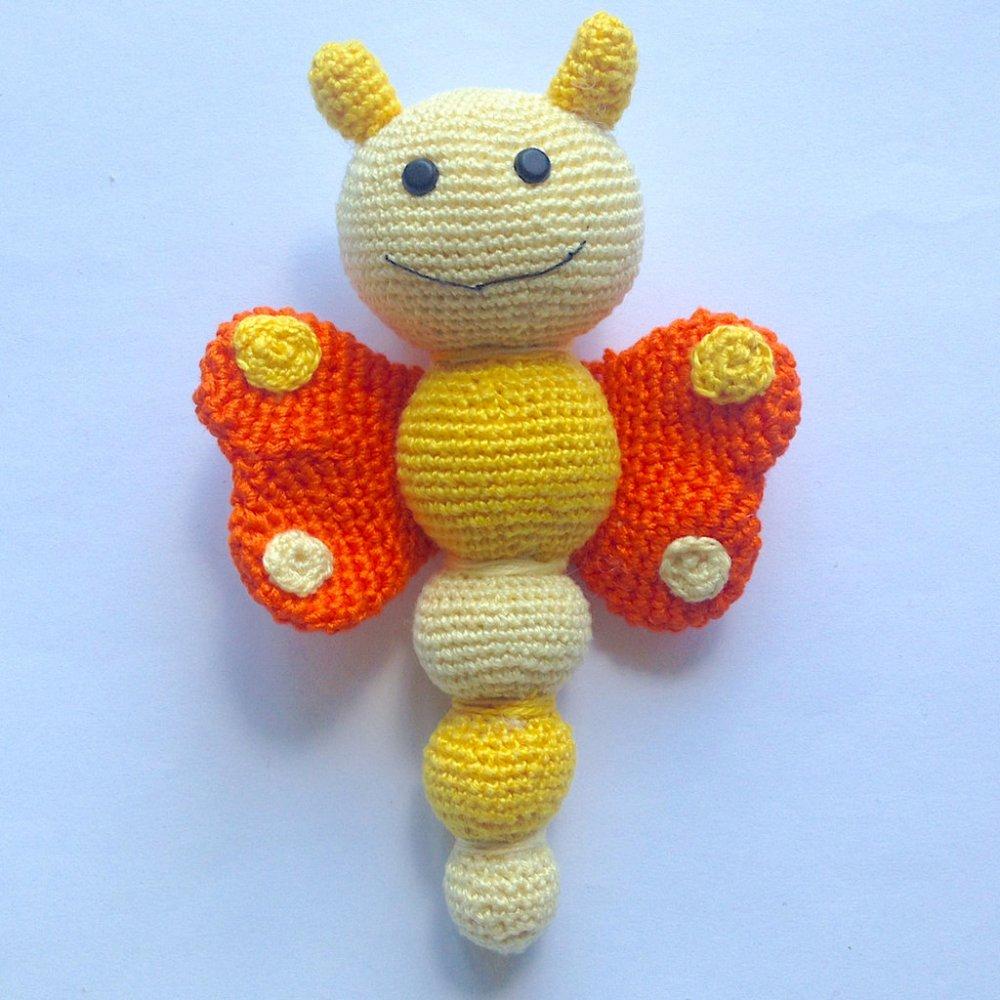Sonaglino farfalla amigurumi arancione e gialla, morbida e tenera, fatta a mano all'uncinetto