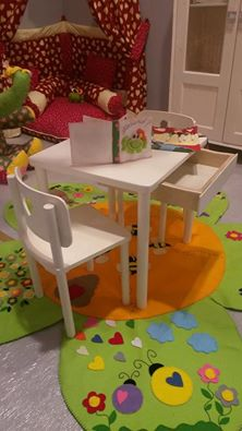 tavolino con due seggiole di legno di faggio