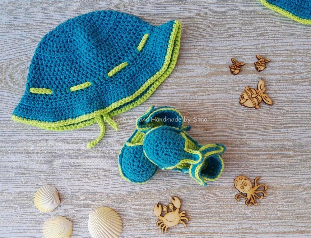 Cappellino e sandalini coordinati per bimbo ad uncinetto