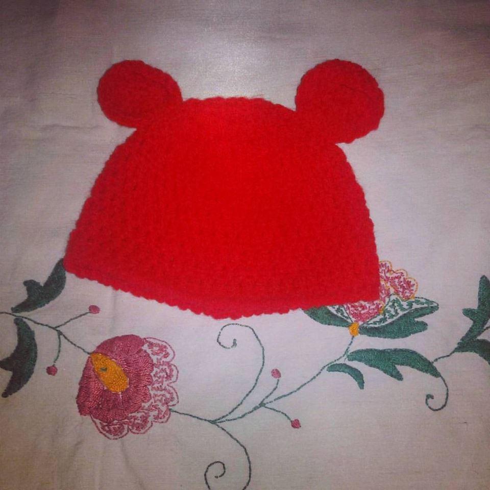 Cappellino rosso realizzato ad uncinetto in lana