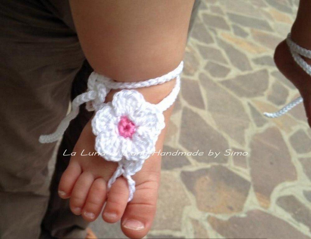 Sandalini a piedi nudi per neonata, fatti ad uncinetto