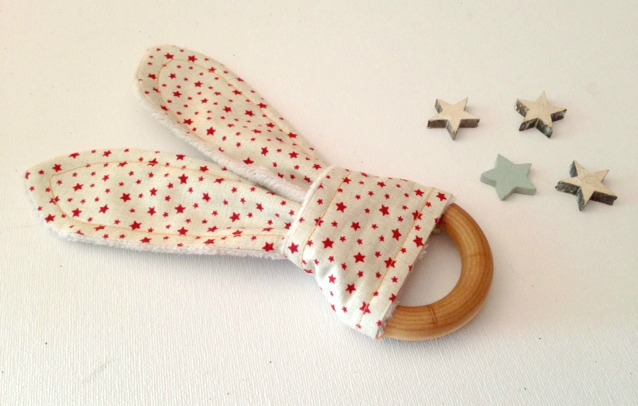 Anello di dentizione per bambini e massaggiagengive in legno a forma di orecchie di coniglio con stelline rosse