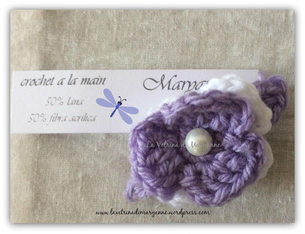 Mollettina fermacapelli a scatto rivestita in lana lavorata crochet con fiore doppio e perlina.
