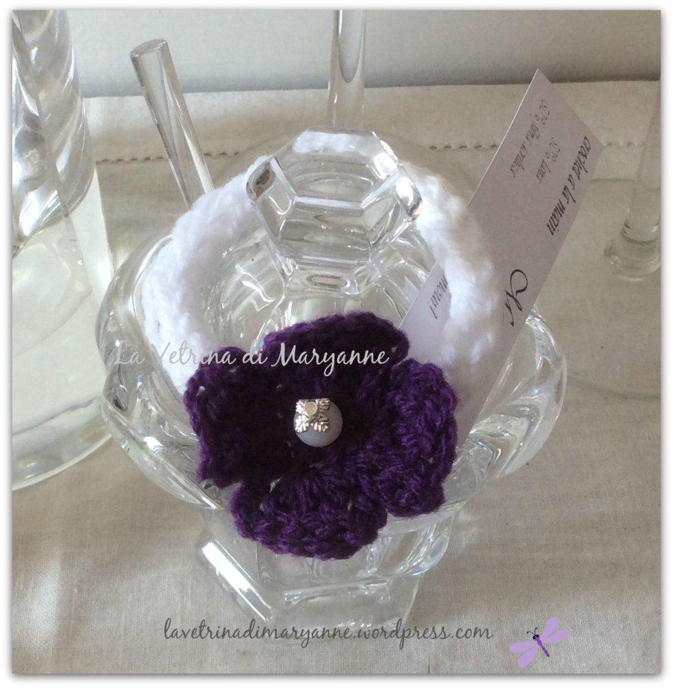 Fermacoda crochet in misto lana bianco con fiore lilla e perlina bianca