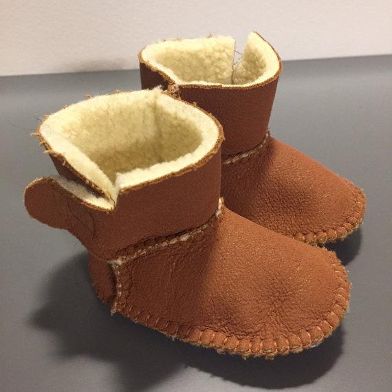 STIVALETTO in SIMIL PELLE color marrone con interno in morbida pecorella sintetica bianca per neonato/a