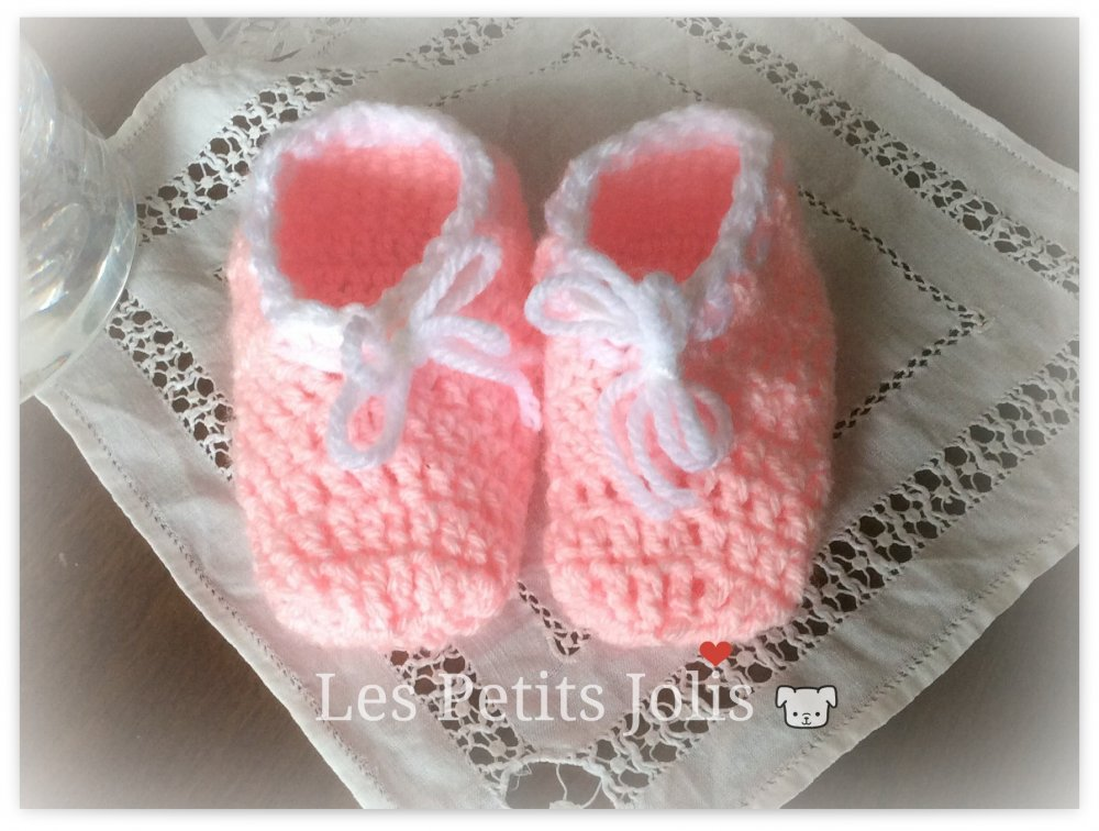 Scarpine di lana rosa all'uncinetto
