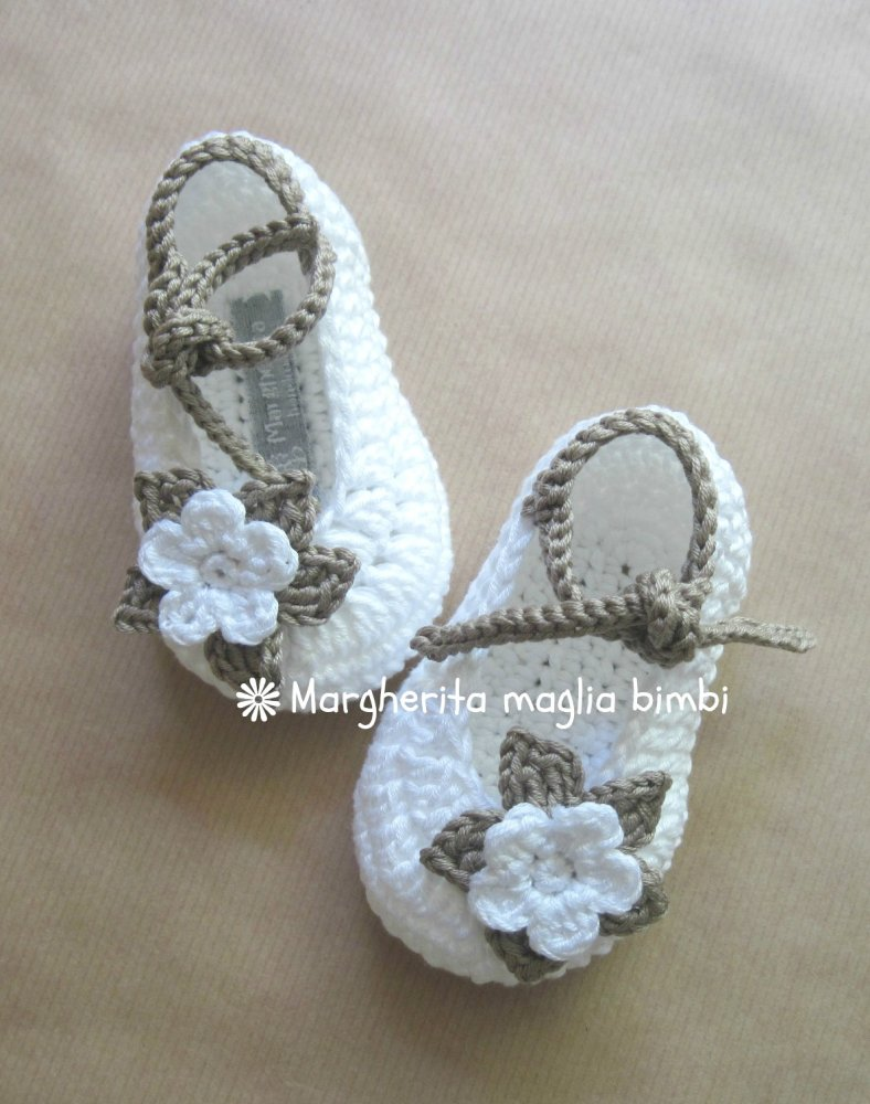 Scarpine bianche/tortora  neonata/bambina con laccetto e fiore - uncinetto - cotone - Battesimo