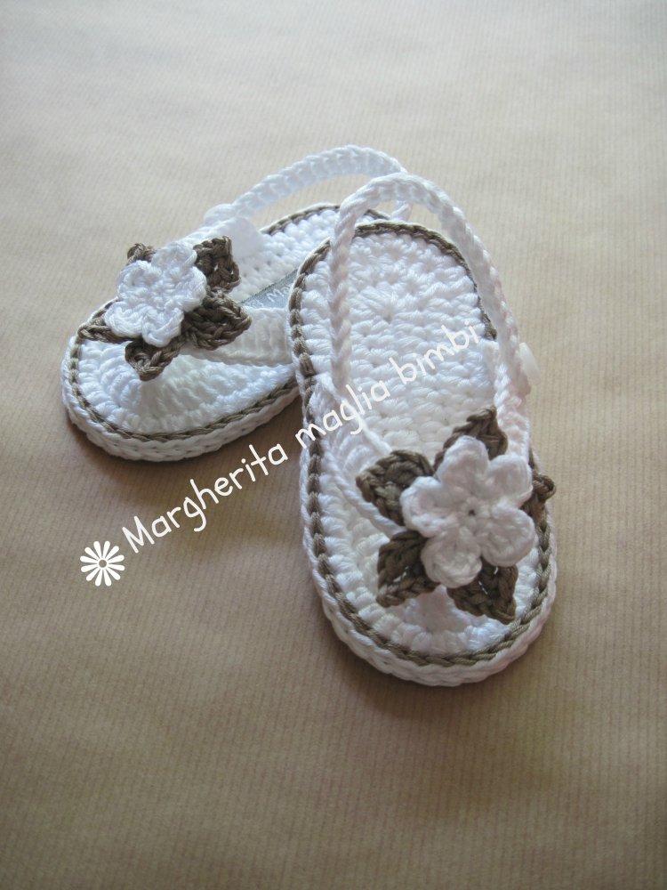 Scarpine sandali infradito bambina cotone bianco/tortora fatti a mano all'uncinetto