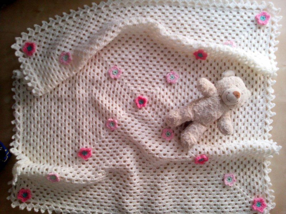 coperta per neonata all'uncinetto con fiorellini