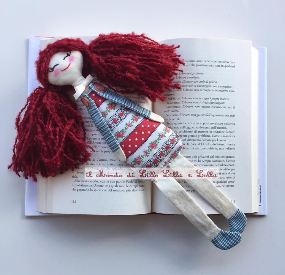 bambola segnalibro rossa