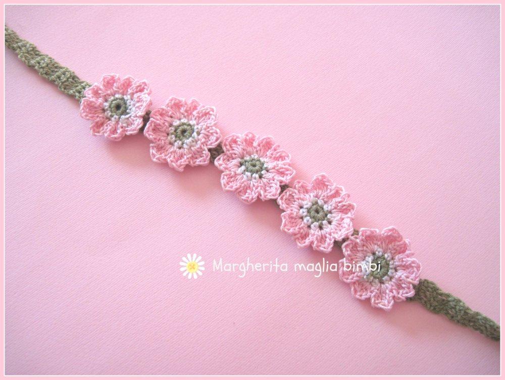 Fascia capelli - braccialetto bambina con fiori rosa fatto a mano  all'uncinetto