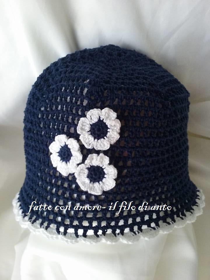 cappello in cotone blu con fiorellini bianchi