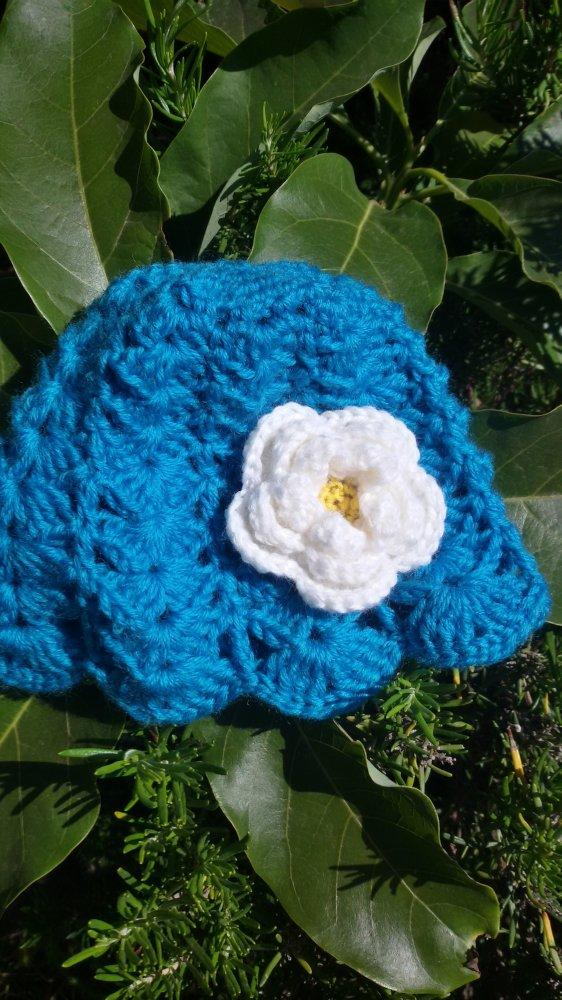 Cappellino con fiore bianco