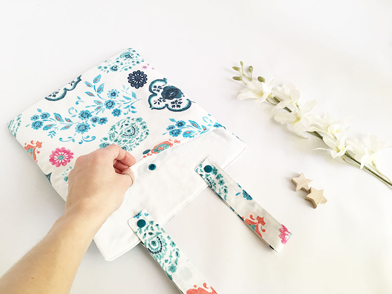 Tasca portaoggetti in stoffa floreale da appendere al lettino