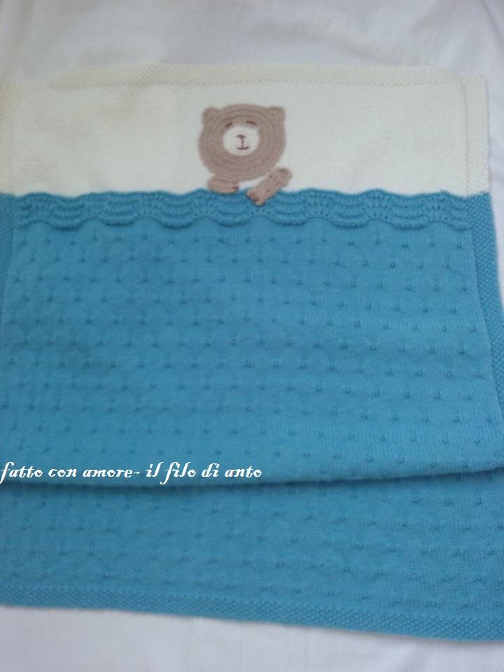 Copertina culla azzurra e bianca con orsetto