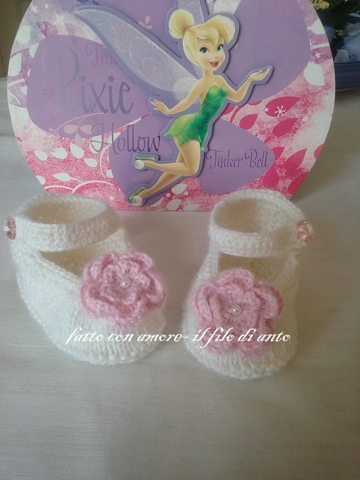 Scarpine bianche con fiore rosa