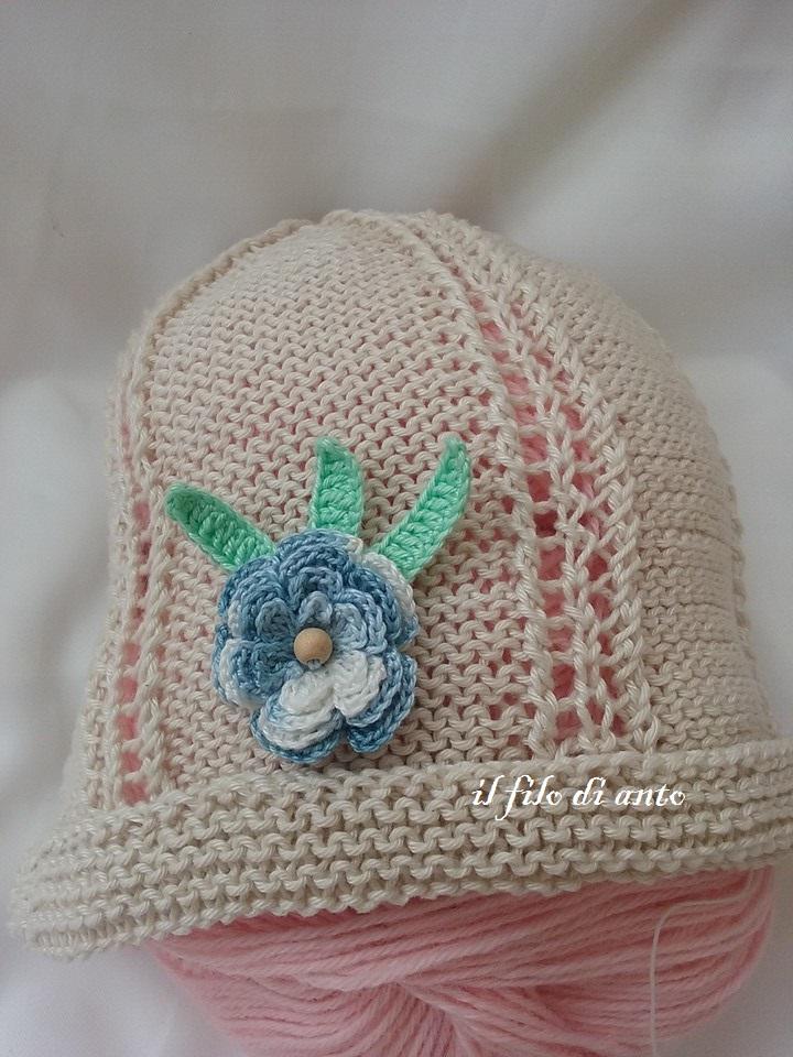 Cappello bambina beige con fiore azzurro