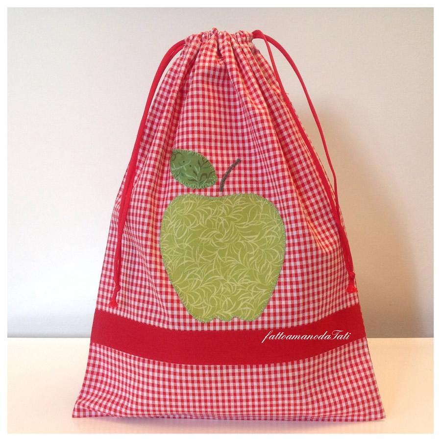 Sacchetto asilo in cotone a quadretti rossi con mela applicata