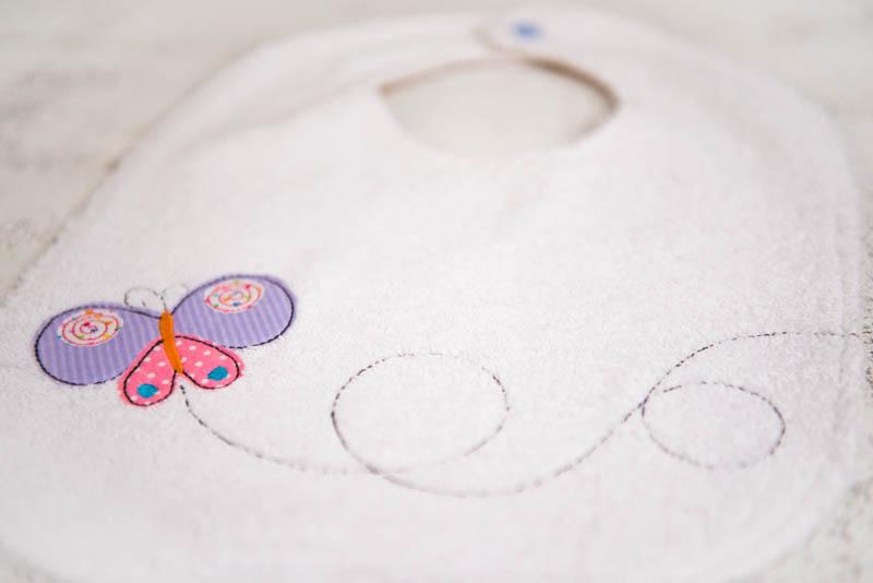 Bavaglino ricamato con farfalla 3/6 anni