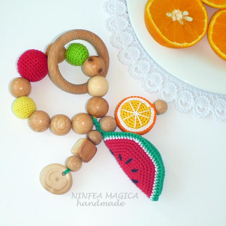 Sonaglio per neonato, massaggiagengive con anello in legno non trattato, gioco dentizione con anguria e arancia.