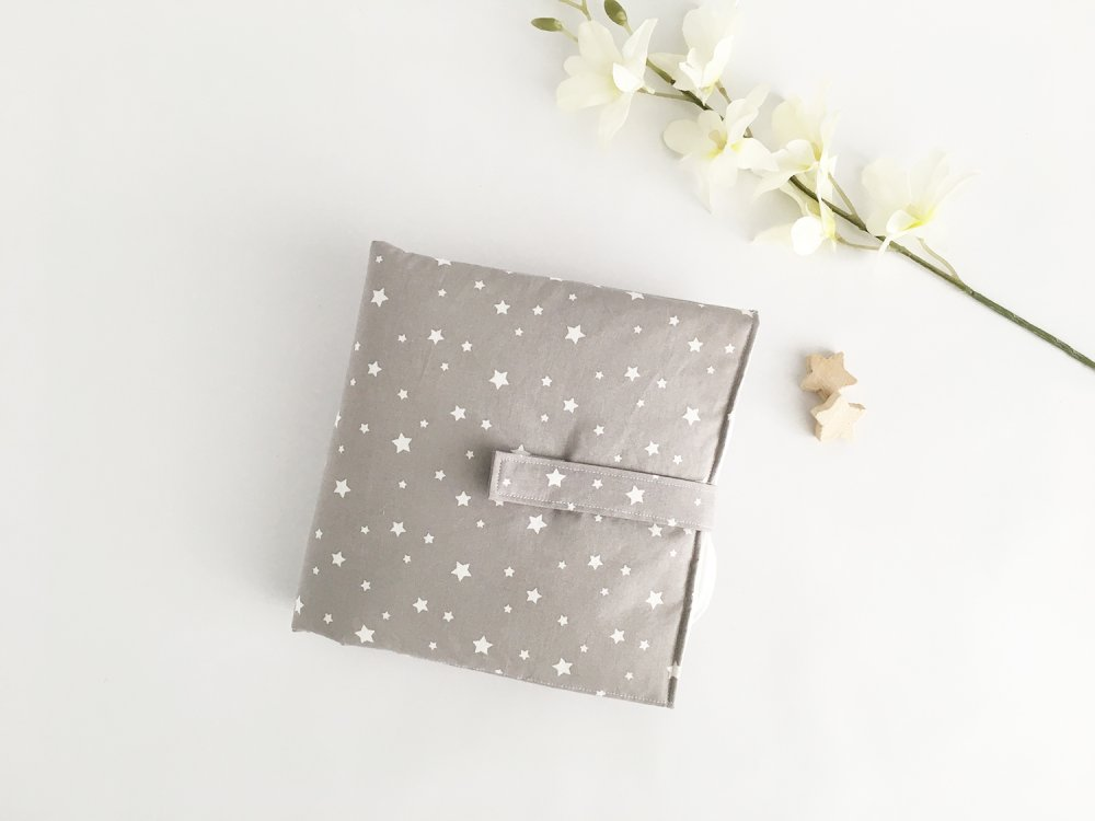 Fasciatoio portatile, impermeabile e imbottito con stoffa in cotone grigia e stelline bianche