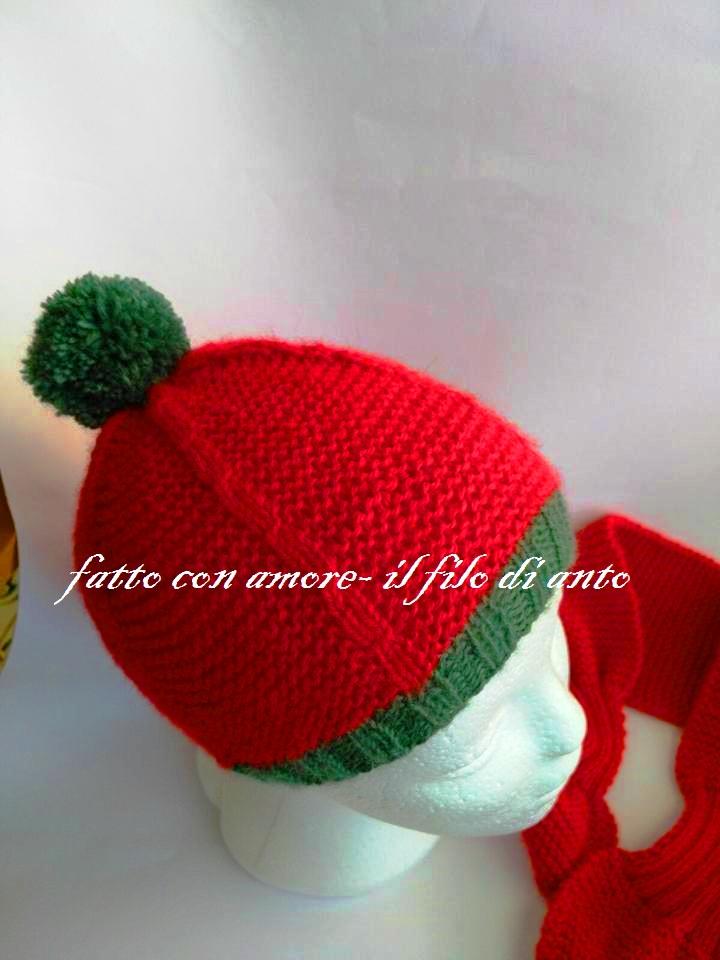 Cappello rosso con pom pom verde in pura lana