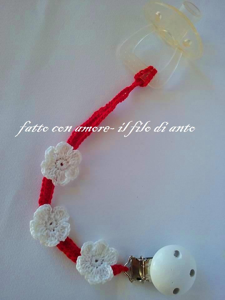 Catenella porta ciuccio rossa con fiori bianchi