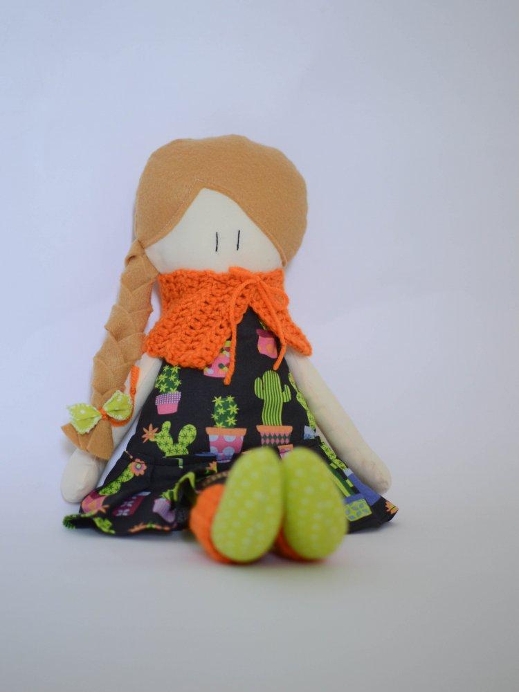 Bambola in stoffa Amicoccole con vestito fantasia cactus e accessori in lana