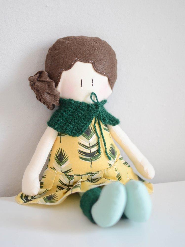 Bambola di stoffa Amicoccola con vestito fantasia foglie e accessori in lana