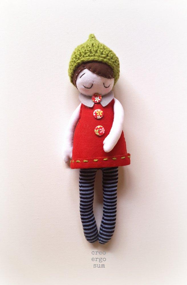 Bambola in tessuto e feltro, bambola con cappello crochet, bambola tessile, pupazzo in feltro, bambola artistica, collezionabile