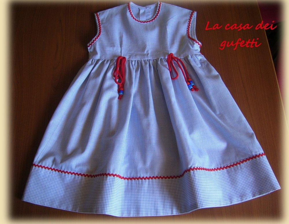 Vestitino a quadretti blu e bianchi con inserti in rosso e cordoni con perline in vita