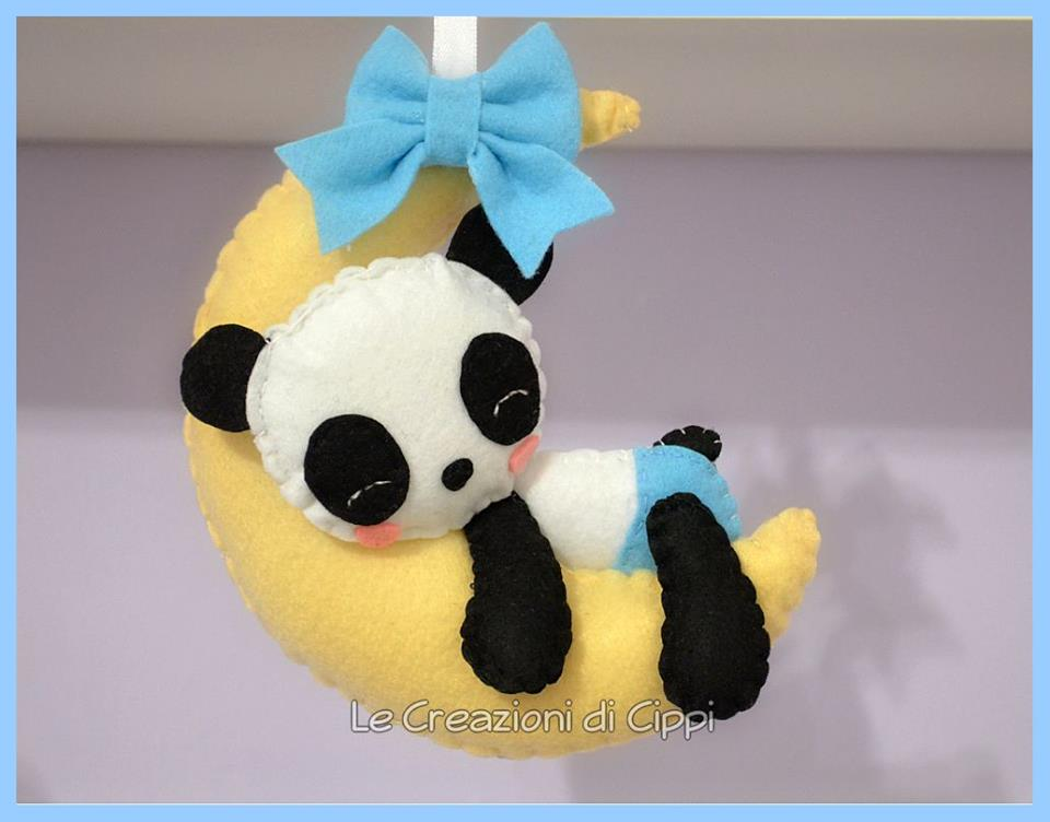Fiocco nascita decorazione da culla Panda sulla luna, in pannolenci fatta a mano.