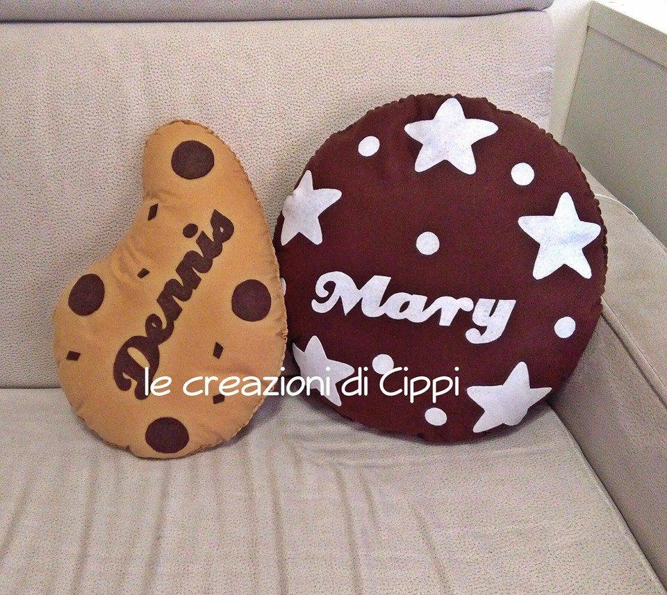 Cuscino con gocce di cioccolato fatto a mano in pannolenci.