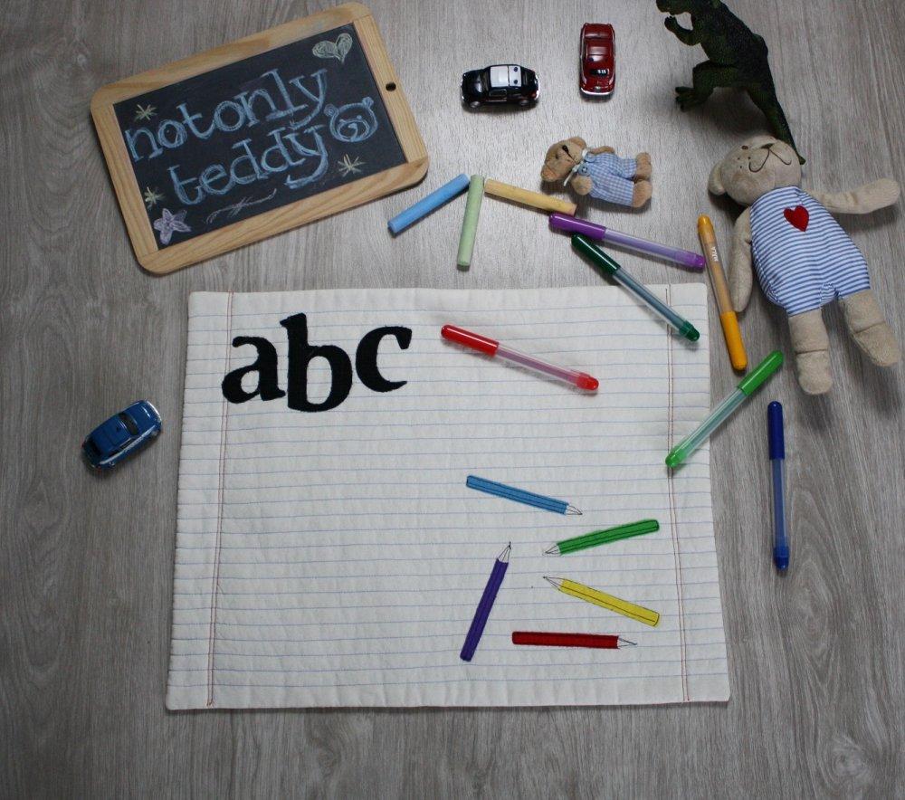Tovaglietta con applicazione di matite colorate e lettere - personalizzabile con etichetta con nome