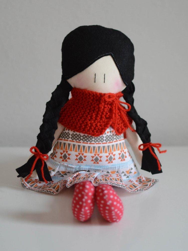 Bambola di stoffa Amicoccola con vestito in fantasia motivi ikat tikoa