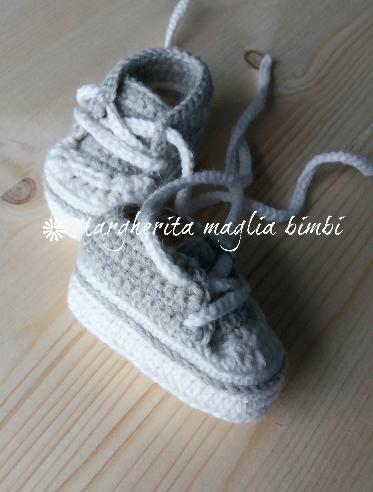 Scarpine/sneakers neonato - grigio chiaro e bianco  -  uncinetto - fatte a mano - baby shower