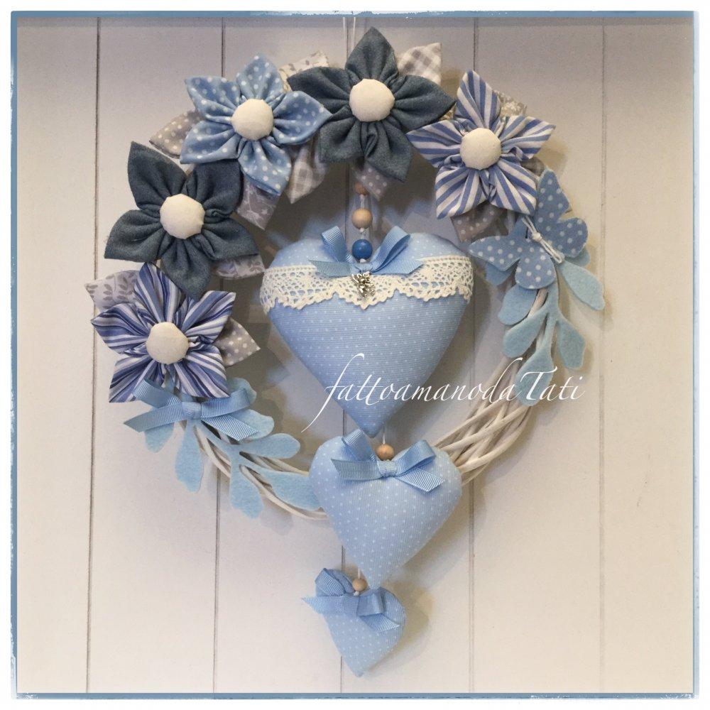 Fiocco nascita primavera in vimini con fiori e cuori sull' azzurro/blu